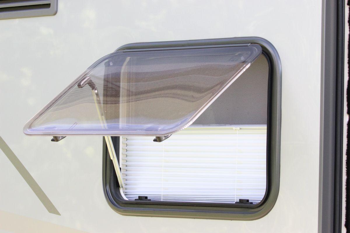 Offenes Wohnmobil-Fenster