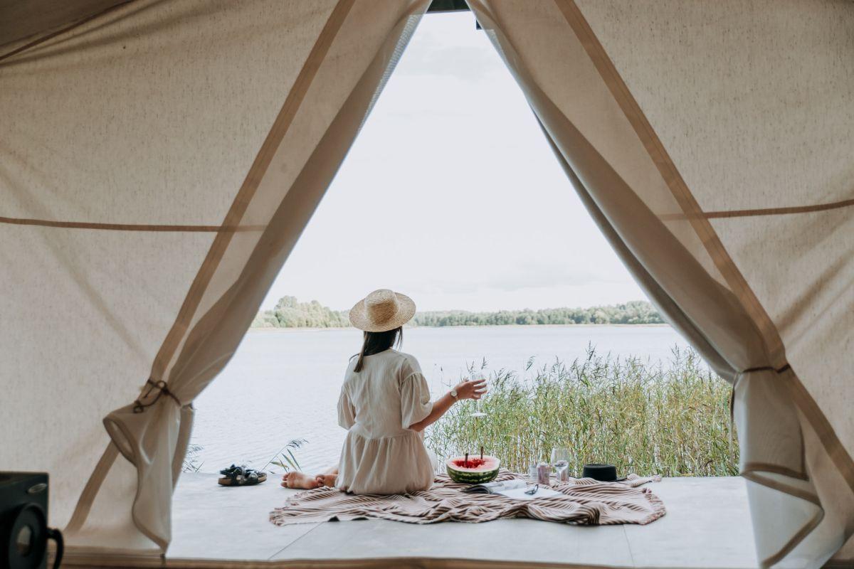 Camping, Frau vor Zelt