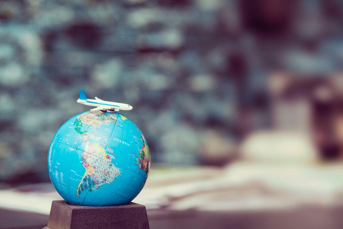 Globus mit Flugzeug