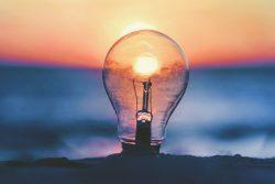 Glühbirne am Strand bei Sonnenuntergang