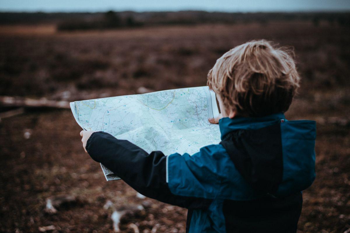 Kind mit Landkarte