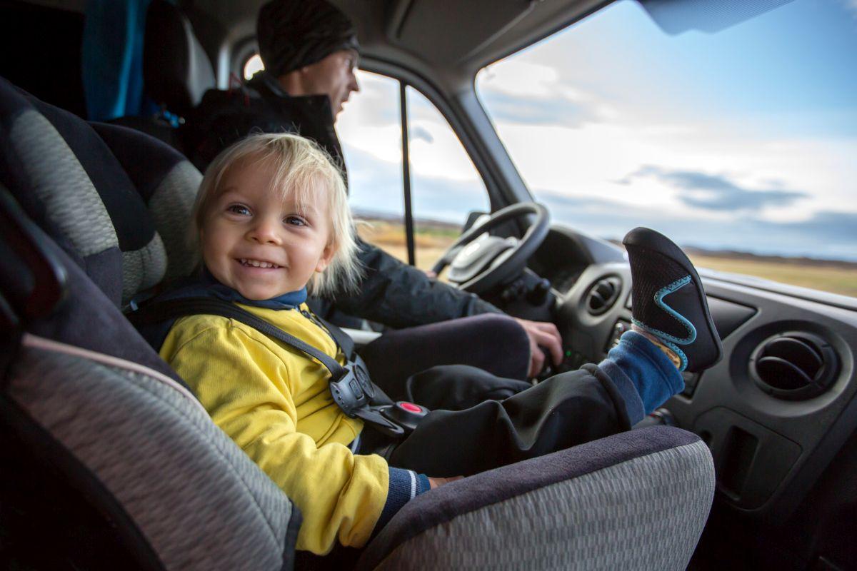 Kind im Kindersitz auf Beifahrersitz