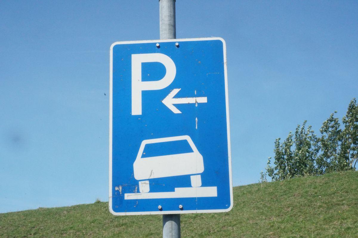 Verkehrsschild Parken auf dem Gehweg