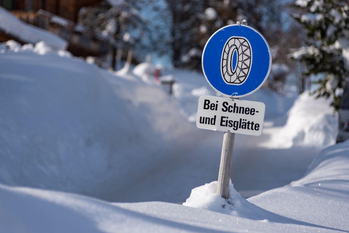 Schneeketten-Straßenschild