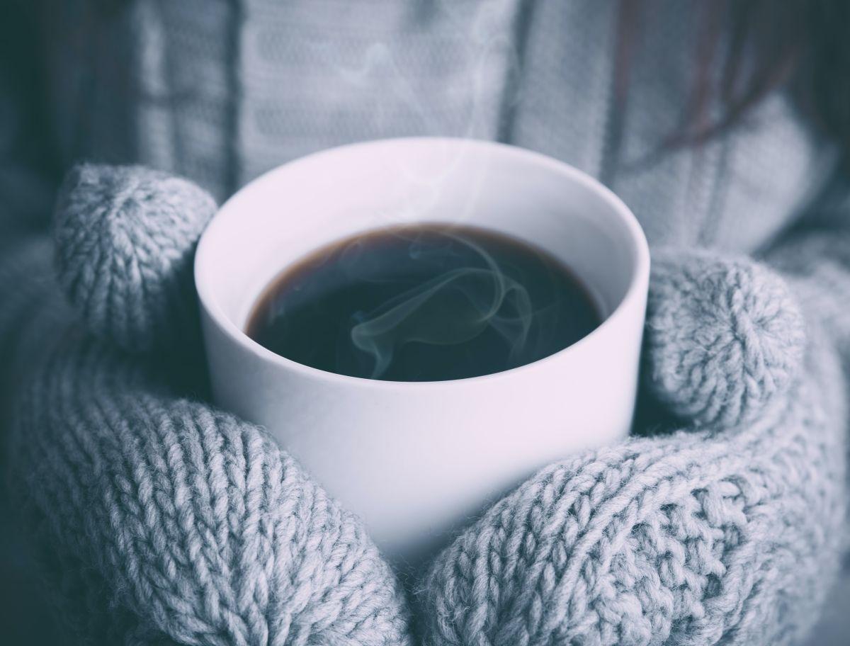 Teetasse und Handschuhe