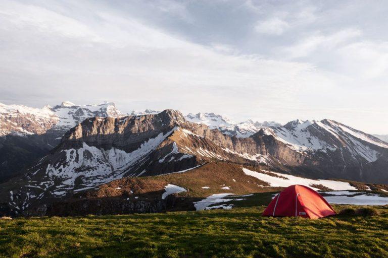 Wildcamping mit Zelt in den Bergen