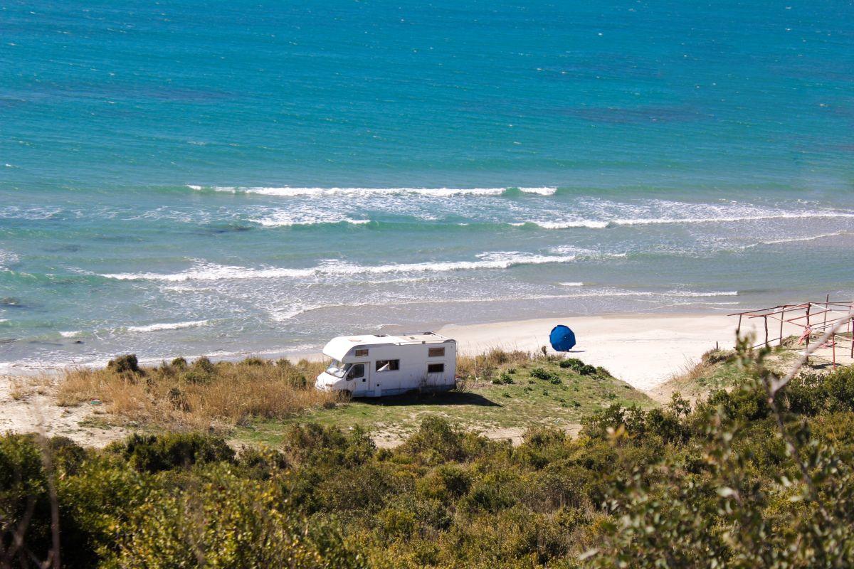 Wohnmobil parkt am Strand