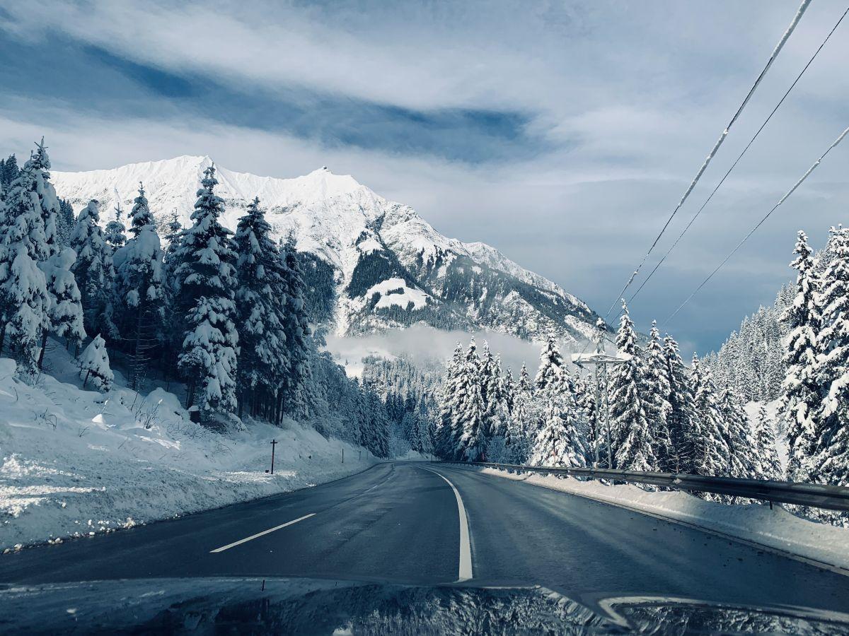 Straße in Winterlandschaft